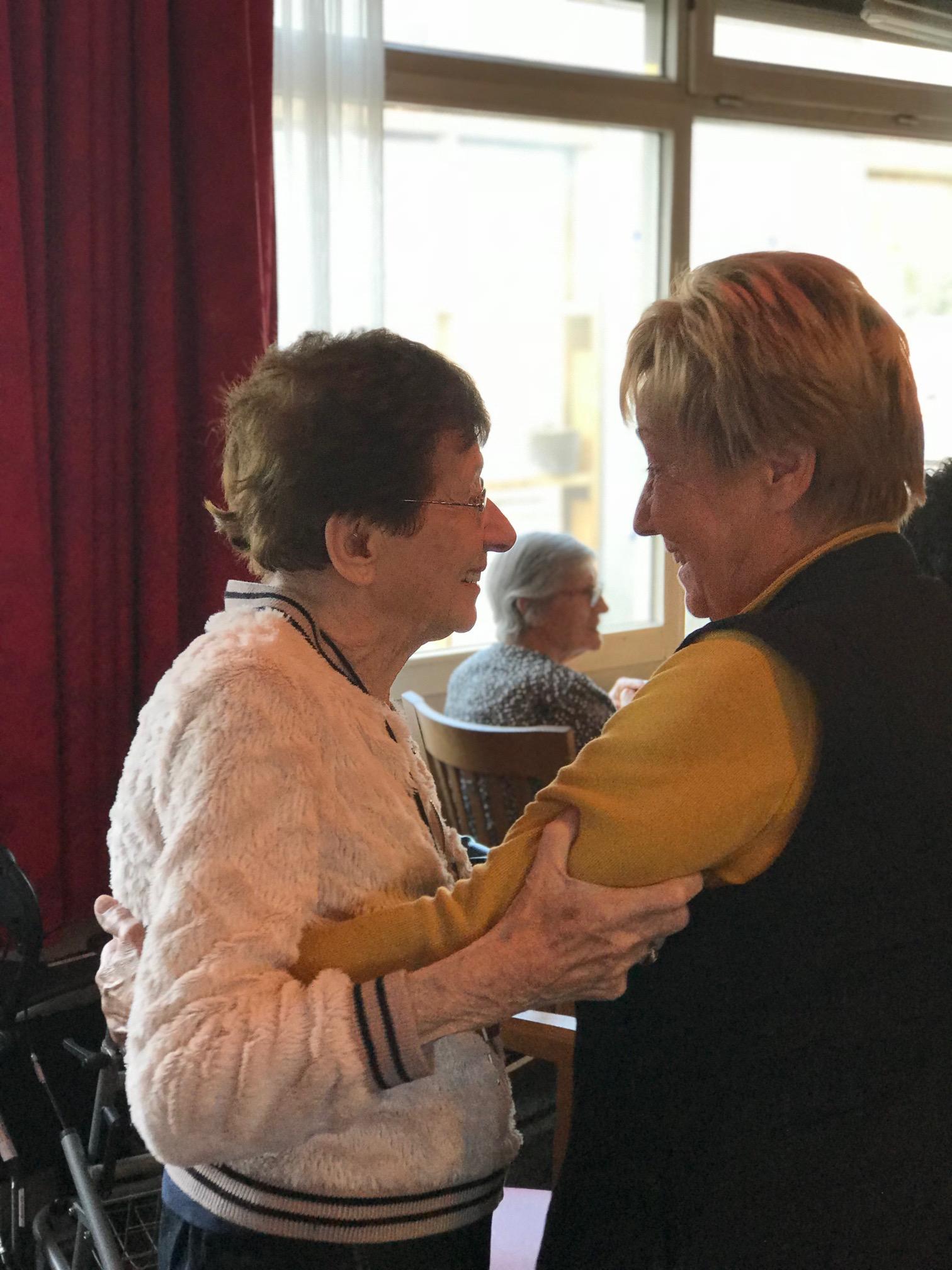Dansende mensen met een muzikale activiteit voor ouderen
